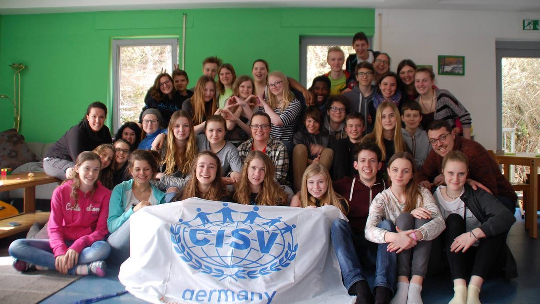 Campfoto mit allen Teilnehmenden in einem Youthmeeting, einem der 7 internationalen CISV Programme