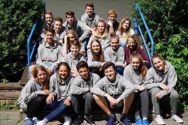 Eine Gruppe unserer Junioren auf der Treppe vor dem CISV Haus