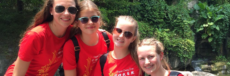 Eine Gruppe von Teilnehmerinnen tragen bei der Exkursion die CISV Shirts von ihrem Step Up