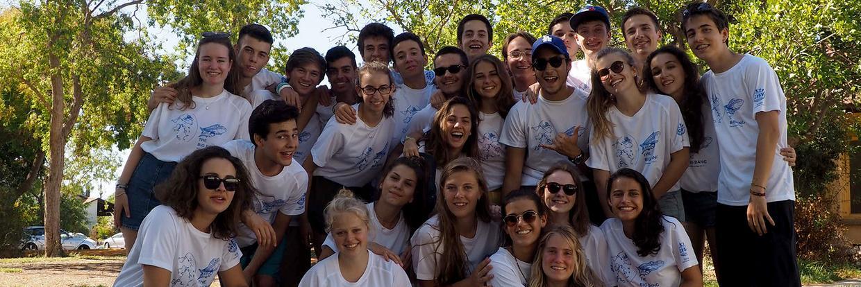 Gruppenfoto der Teilnehmnenden in einem Seminar Camp in den CISV Shirts ihres Camps