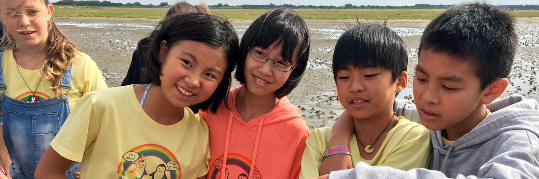 Die Chinesische Delegation trägt auf Exkursion die CISV Shirts von ihrem Village