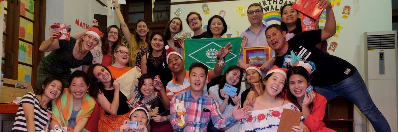 Eine Gruppe Erwachsener aus verschiedenen Ländern posiert bei ihrem International People's Project