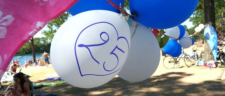 Luftballons mit einer aufgemalten 25 von der Feier des 25. Jubiläums