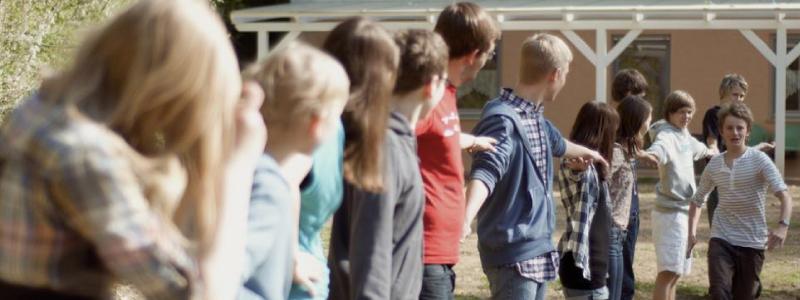 Teilnehmende in einem CISV Programm arbeiten in einem Spiel zusammen um bessere Chancen zu haben
