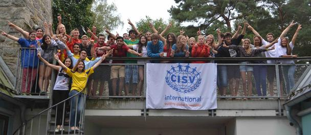 Teilnehmende eines CISV Programms jubeln für ein Gruppenfoto