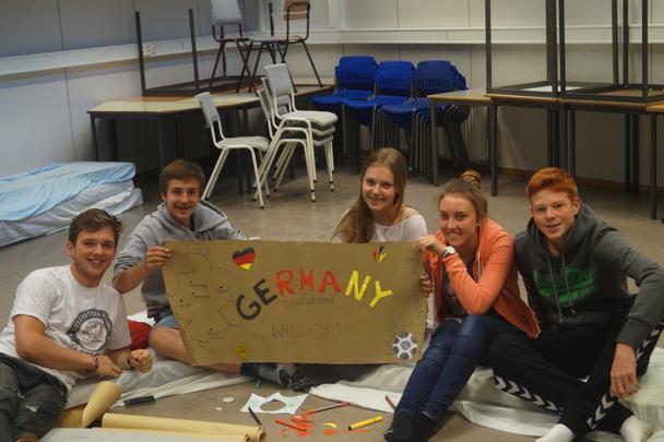 Die Deutsche Delegation in einem CISV Programm bastelt gemeinsam ein Poster über Deutschland